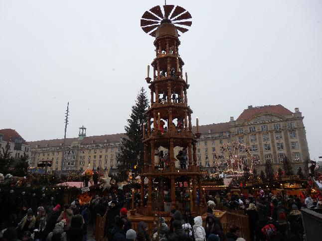 ドイツ、ドレスデンのクリスマスマーケット チェコのプラハで